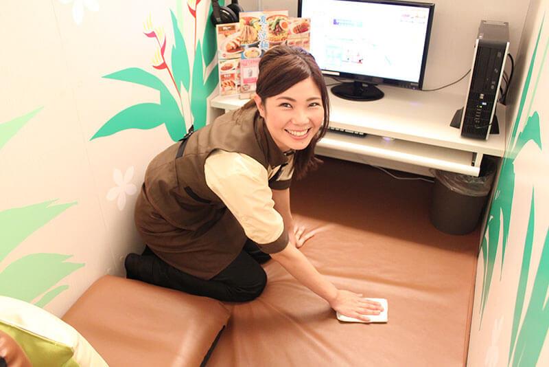 アルバイト・パートスタッフがルームの掃除をしている画像