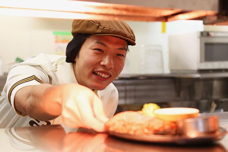 ココスのキッチンスタッフが調理をしホールスタッフに流す画像