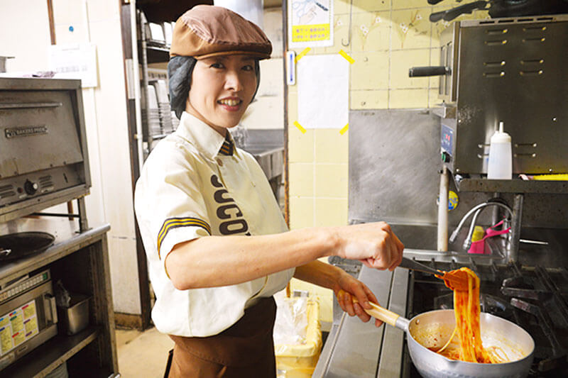 COCO'Sのキッチンスタッフが料理を調理する画像