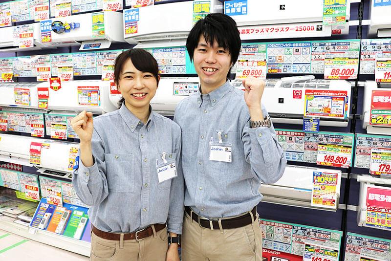 エアコンの前で男性店員さんと女性店員さんが集まっている画像
