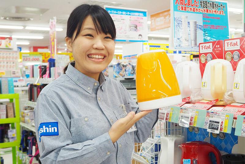 女性店員さんが加湿器を紹介している画像