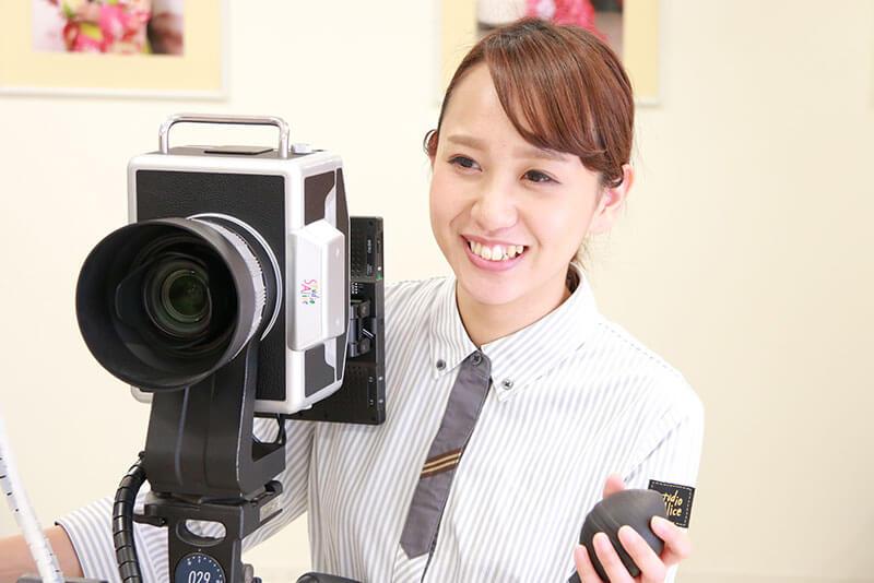 カメラマンの女性店員さんの画像