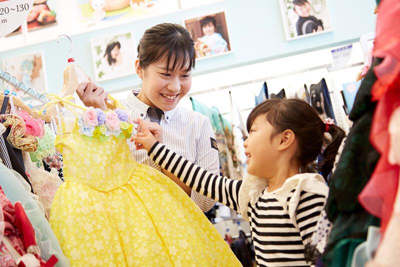 小さい子供と衣装を合わせている画像