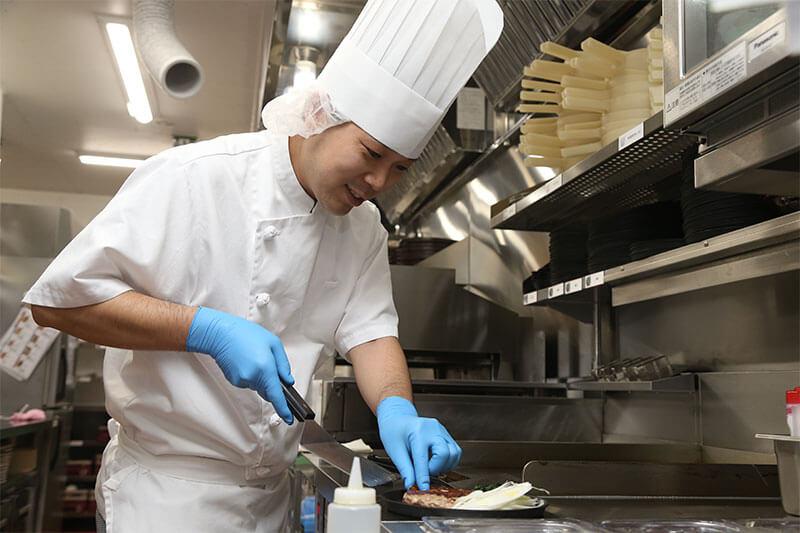 キッチンスタッフが料理を作っている画像