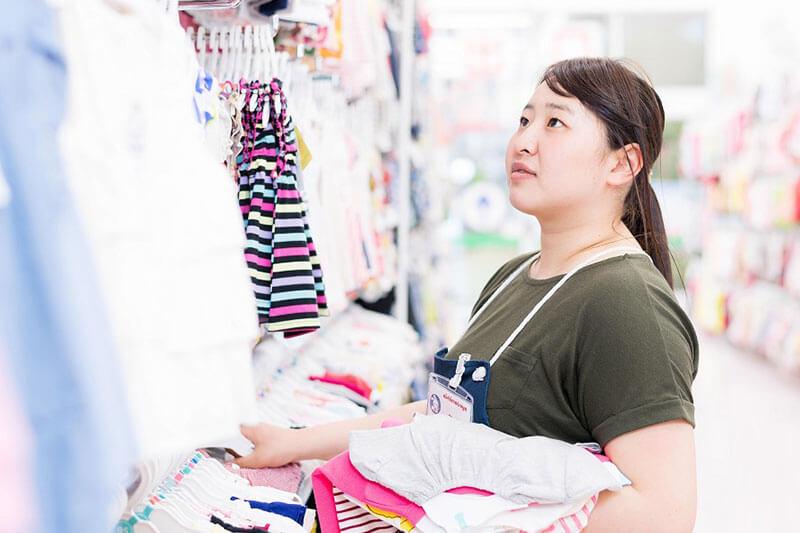 西松屋の子供服を整理している画像
