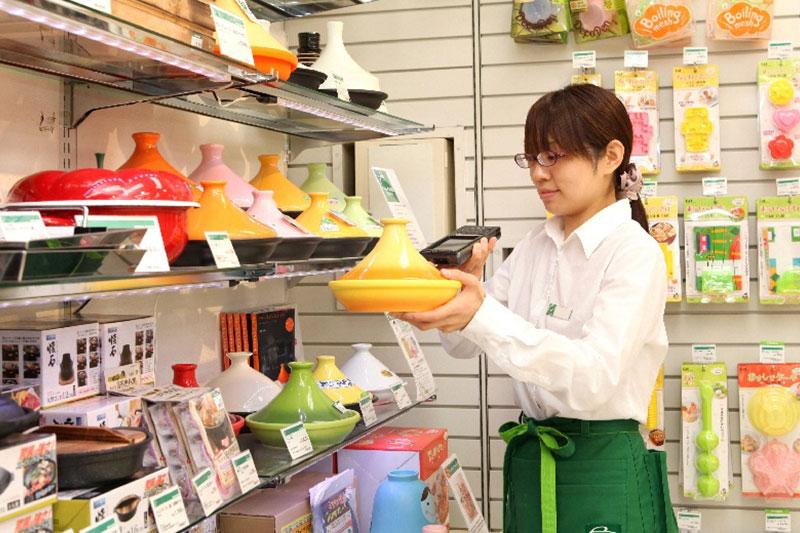 店員さんが商品を持っている画像