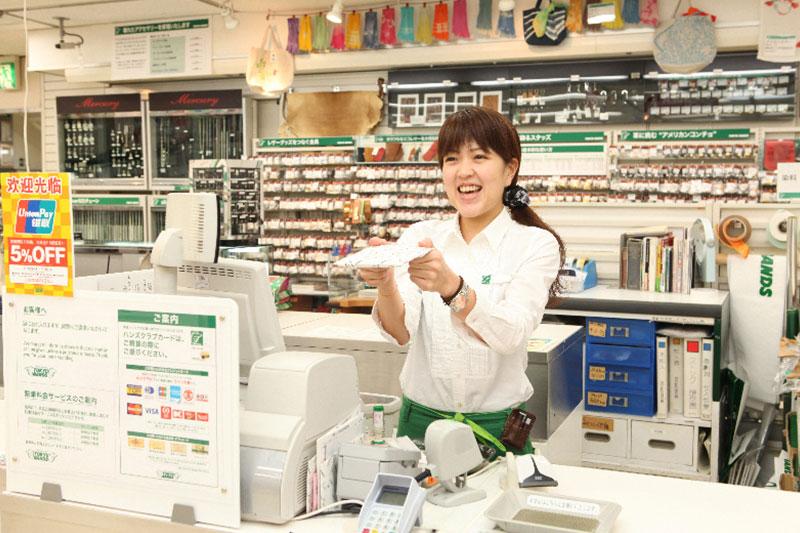 店員さんがレジで商品を渡している画像