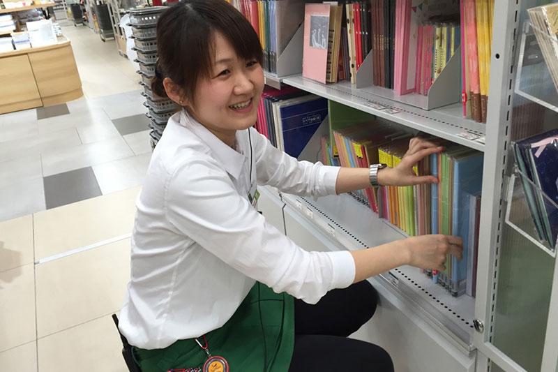店員さんが商品を整理している画像