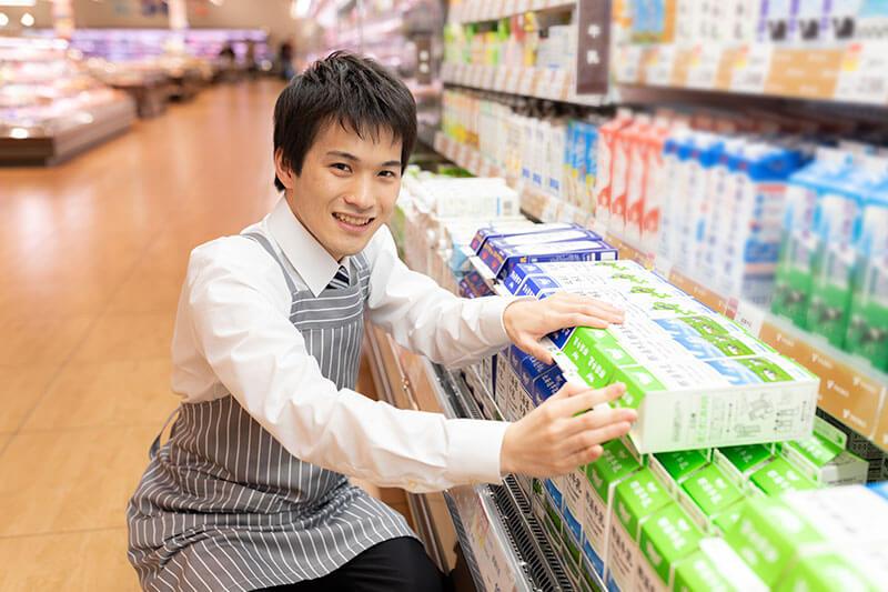 冷蔵コーナーで商品を並べている画像