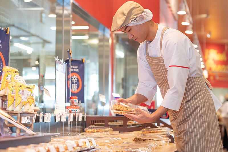 惣菜コーナーで商品を陳列している画像
