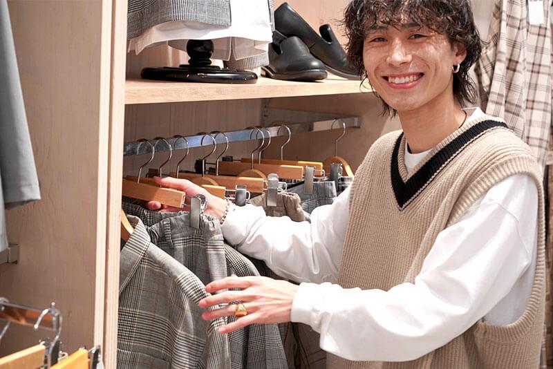 男性店員さんが服を整理している画像