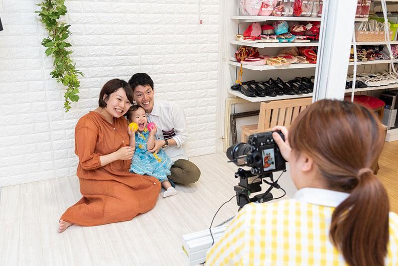 スタジオマリオで家族写真を撮っているスタッフの画像