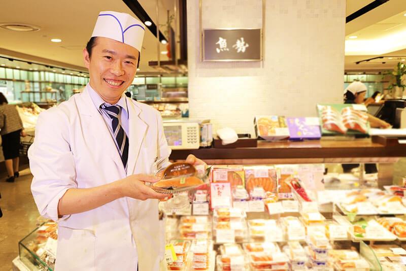 クイーンズ伊勢丹の店頭販売の店員さんの画像