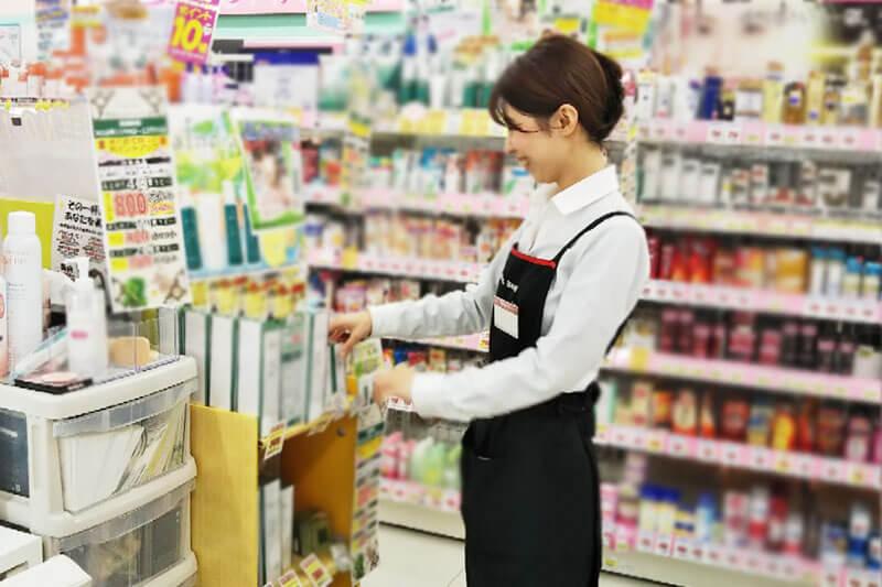女性店員さんが棚の並びを変更している画像