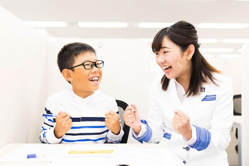 小学生を教えている様子の画像