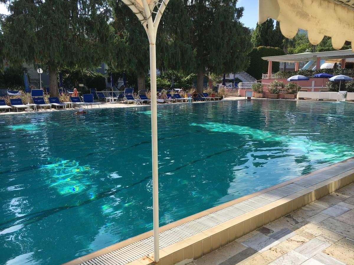 リゾートホテル内のプール