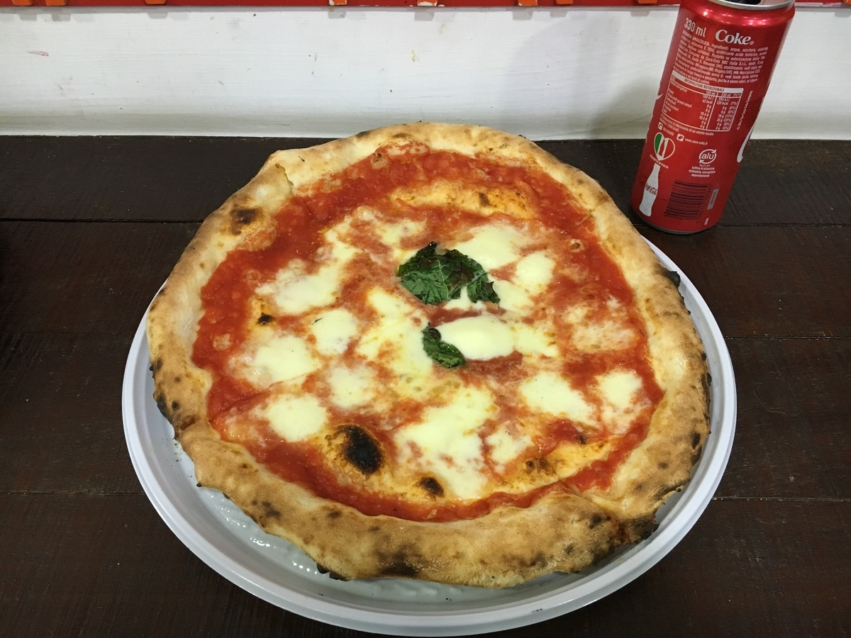 イタリアのレストランで注文したマルゲリータピザ
