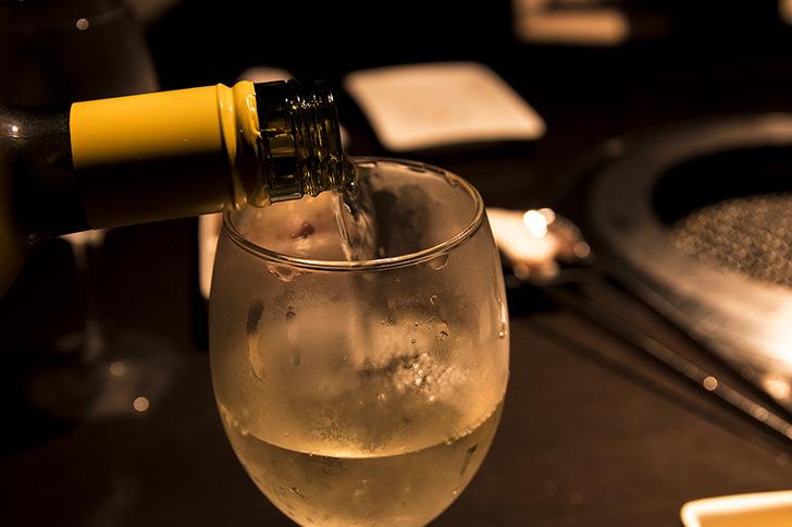 ワインを注いでいる