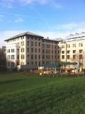 マーガレット・モリソン・カーネギー・ホール 手前に遊技道具の見える建物