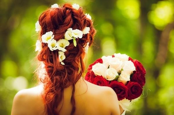 花嫁が花束を持っている