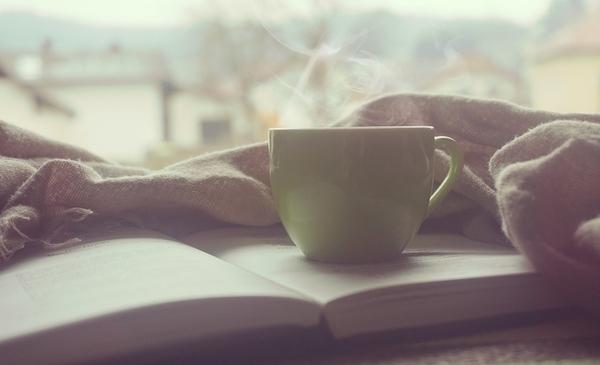 コーヒーカップが本の上に乗っている