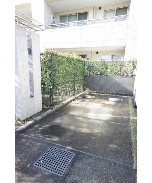 プラウド戸田公園フィールドの1階の専用駐車場