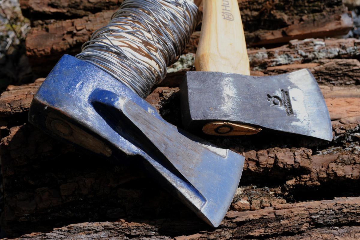 薪割り初心者でも快適に割れる斧「ヘルコ」と準備すると安心できる物
