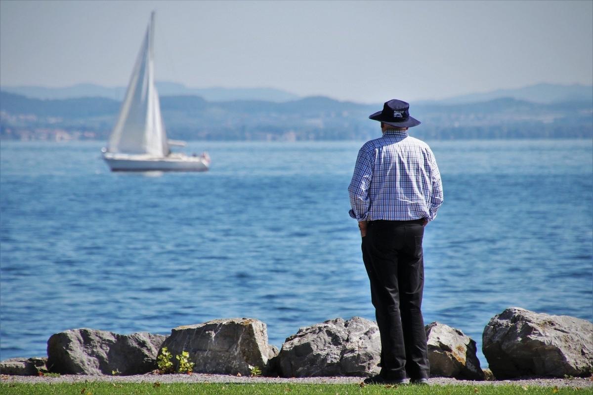 海を眺めているおじさん