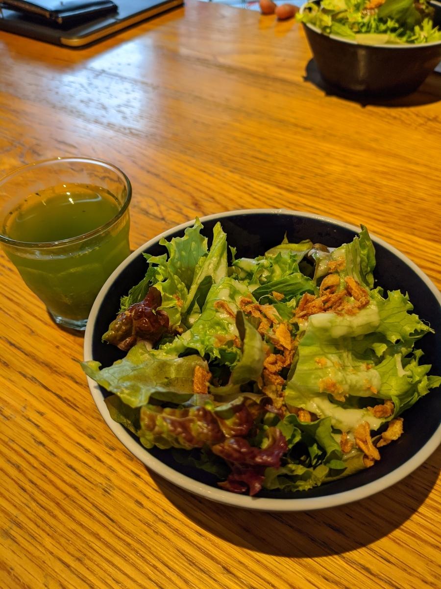 野菜ジュースとサラダ