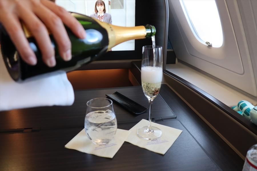 フライング ホヌ ファースト クラス ANA A380型機のファーストクラスはドアが閉まる個室型シート。ベッド、収納、トイレも広々
