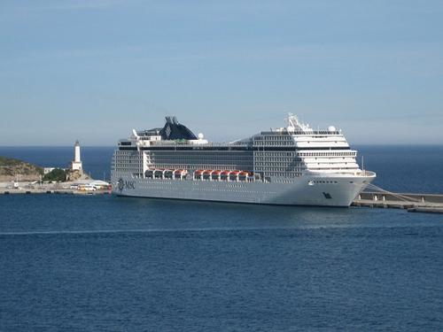 イビサ島へ大型客船