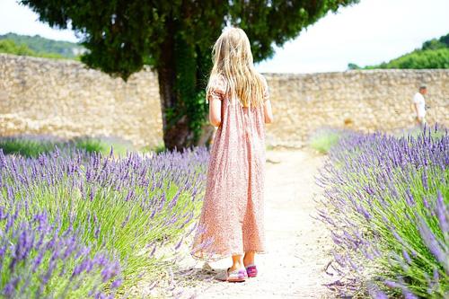 ラベンダー畑の女の子
