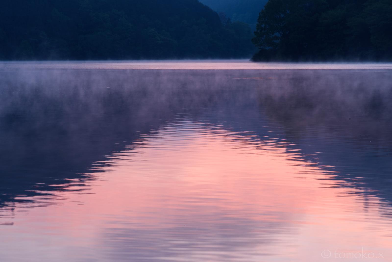 朝焼けと湖面霧が沸く室生湖