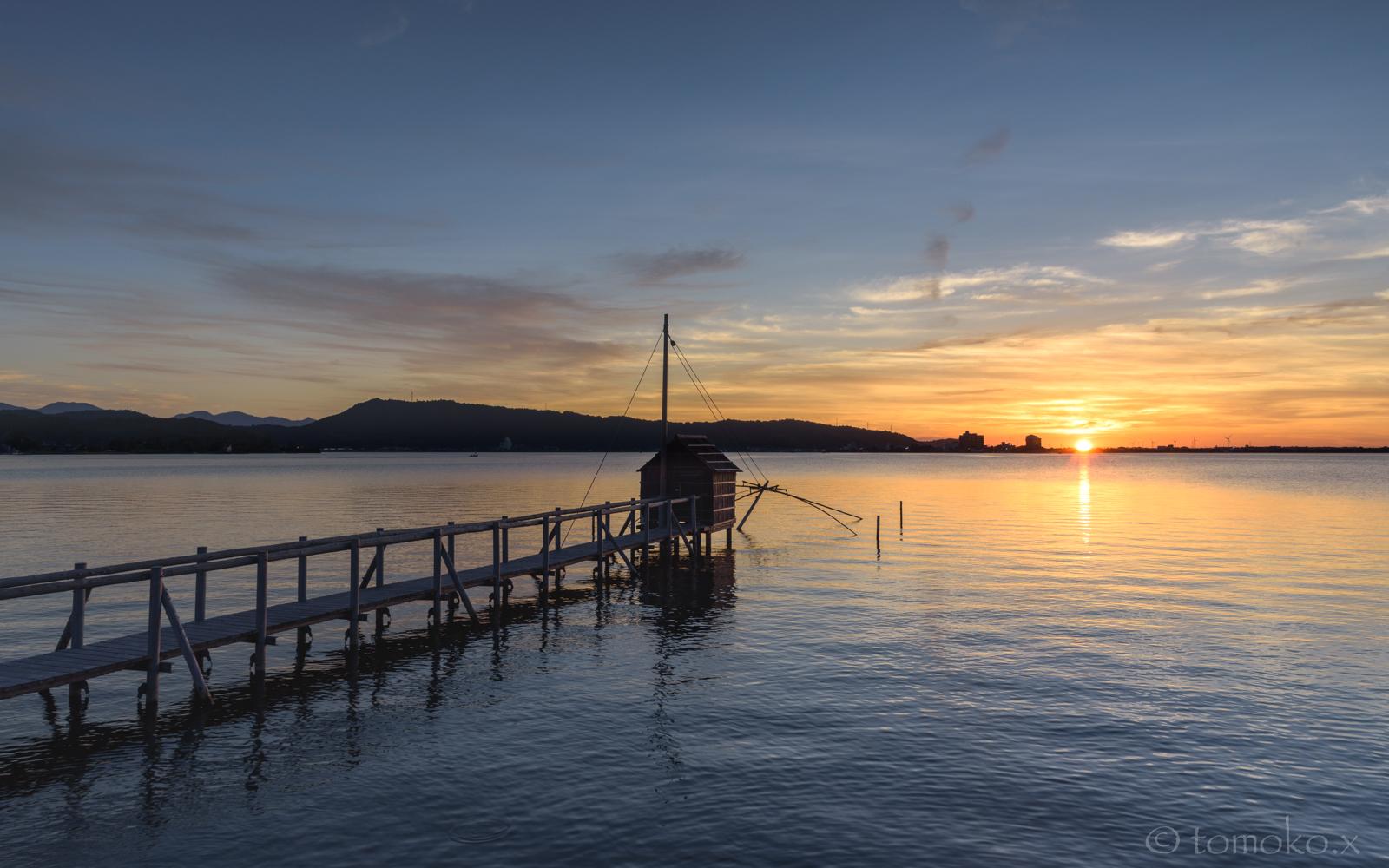 東郷湖の四つ手網と夕日