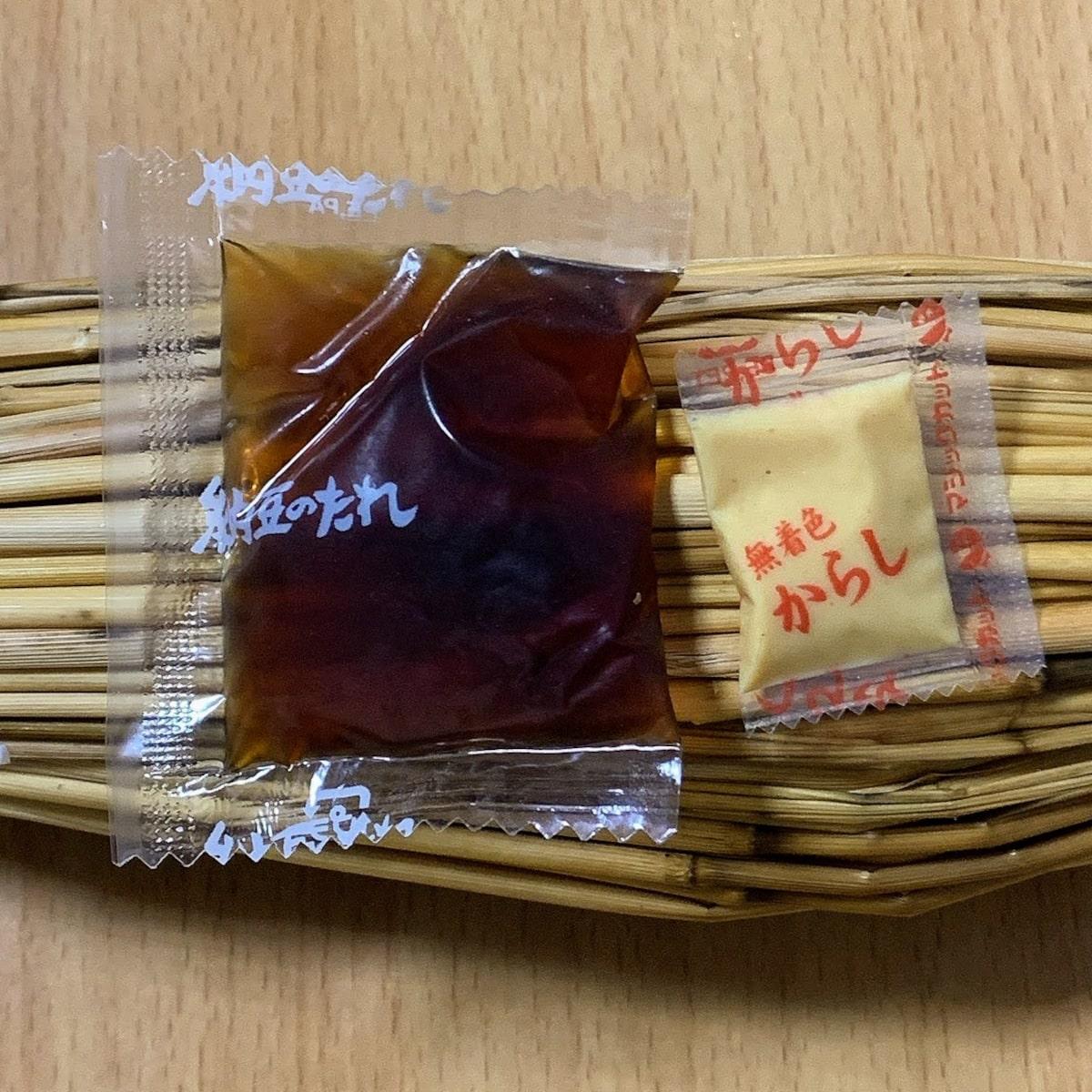 だるま食品「わら納豆」の、たれとからしの画像