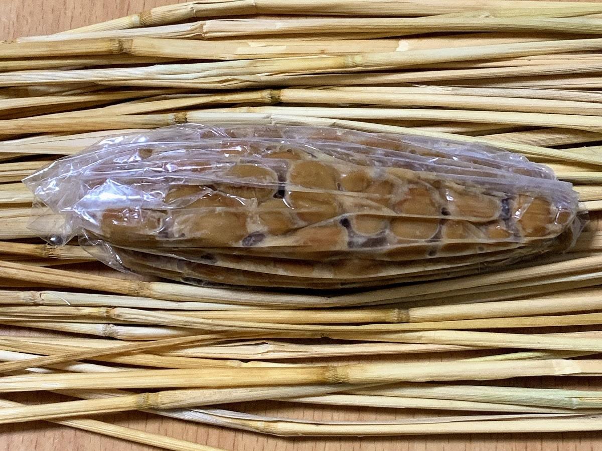 「鶴の子納豆」の藁苞の中身の画像