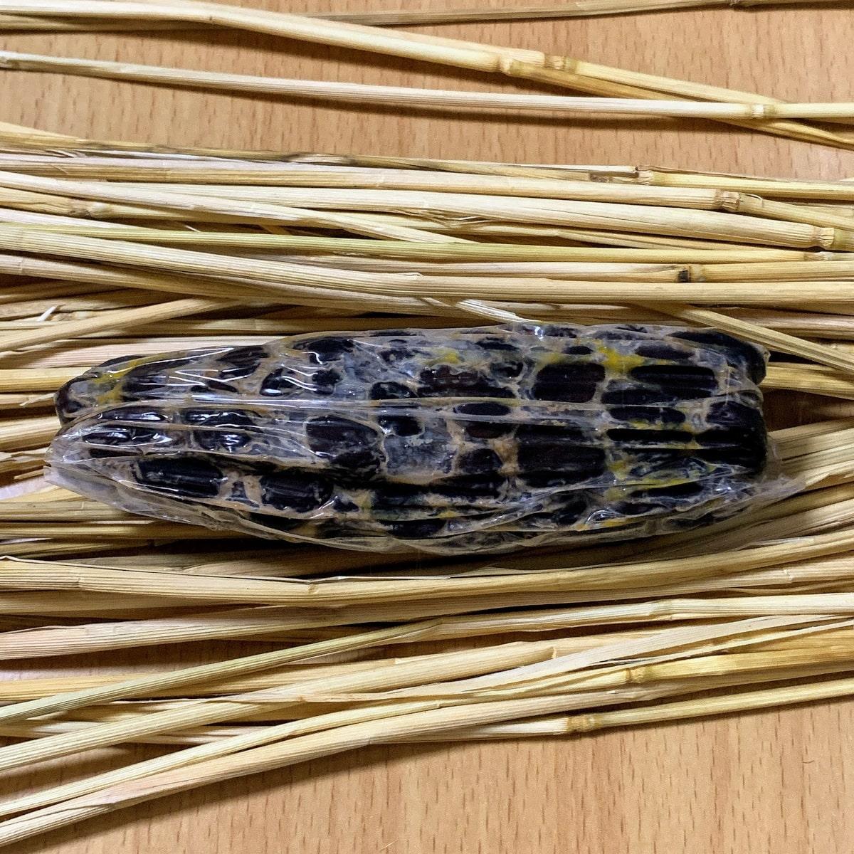 山口食品「黒豆納豆」の藁苞の中の画像