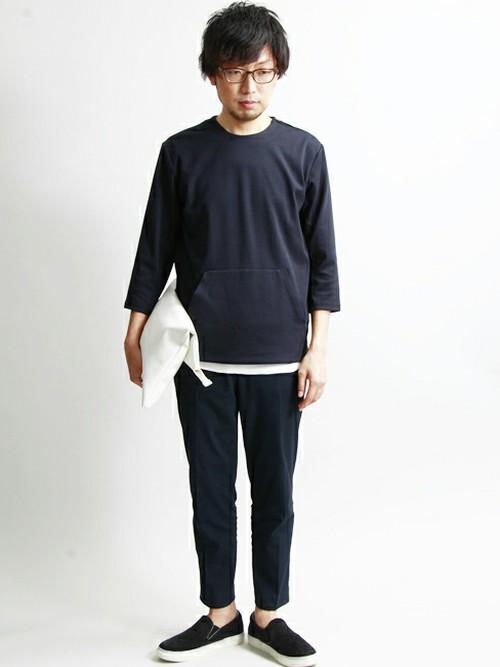 モノトーンコーデのファッションスナップ