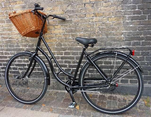 黒いカゴのついた自転車