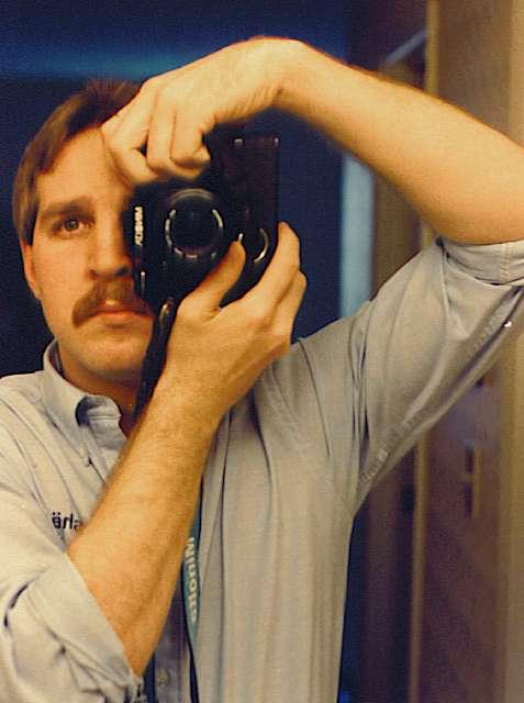 カメラを構えた男性