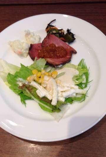 平日ランチ食べ放題の店タンティートのサラダとローストビーフ
