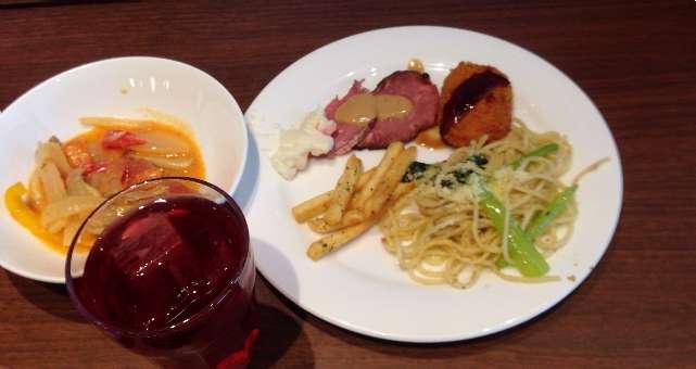 平日ランチ食べ放題の店タンティートのポークストロガノフとポテトと野菜コロッケ