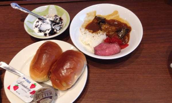 平日ランチ食べ放題の店タンティートのナスカレーとコーヒーゼリーとロールパン
