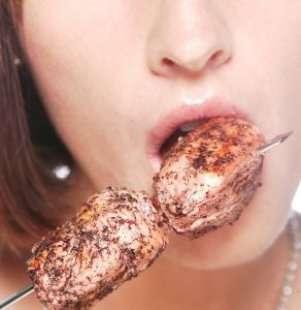 肉を食べる