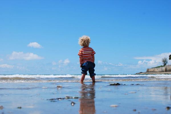 夏の海と男の子