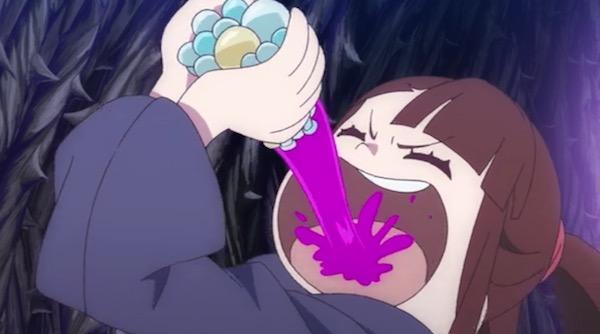 TVアニメ「リトルウィッチアカデミア」8話より、解毒薬を口に含むアッコ