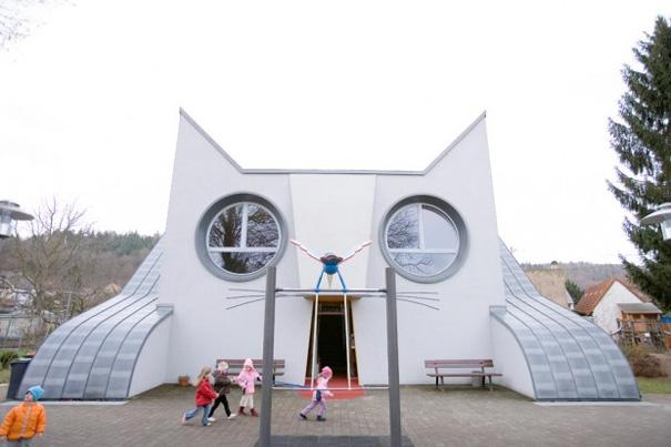ネコ型の建物