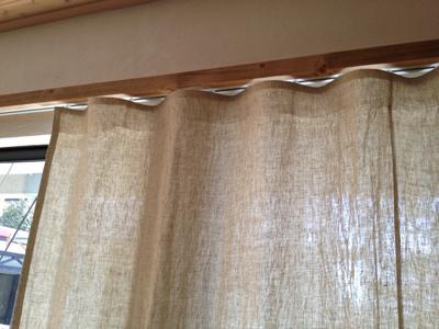 シンプルな木のカーテンレール