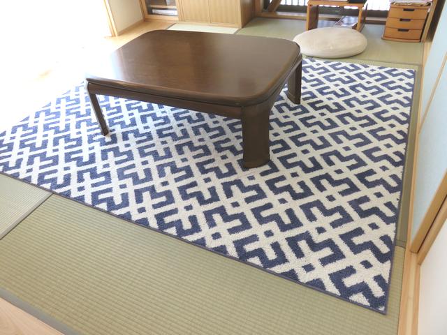 畳に北欧デザインラグ