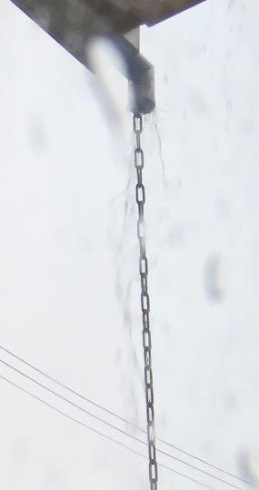 水が流れる鎖樋